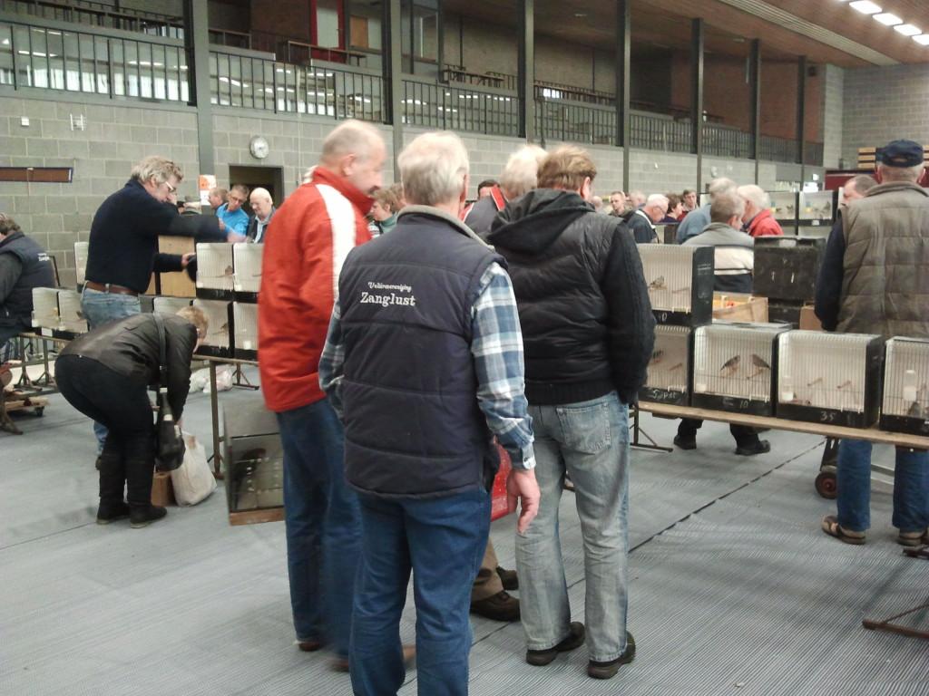 Op de rug gezien ons Erelid Jan Bergsma tijdens de Vogelmarkt van maart 2012